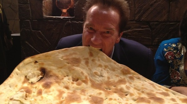 226043-arnold-schwarzenegger-with-naan-a-kind-of-indian-bread_600_334_c1